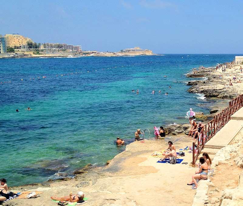 Malta – Plaja pe pietre şi cuşca de fumat!