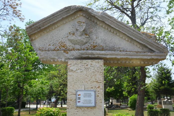 Vestigiile expuse în Parcul Arheologic din Constanța au plăcuțe de identificare bilingve