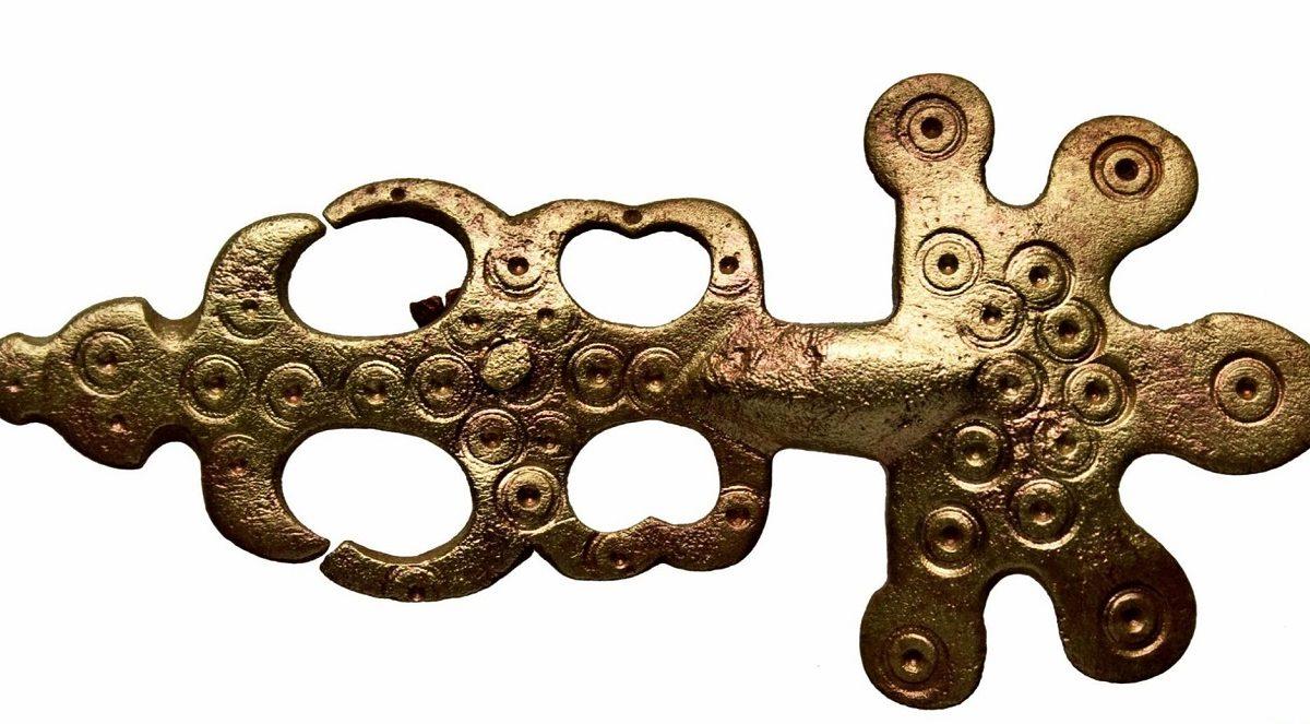 Fibulă digitată din bronz, veche de aproape 1500 de ani, descoperită la Enisala